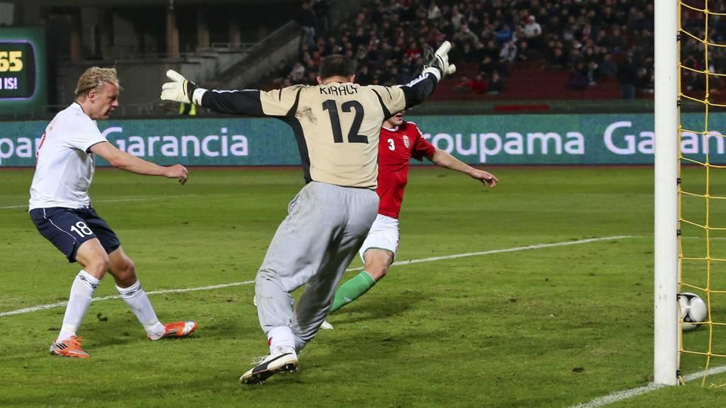 MÅL: Her svikter lykkebuksene Gabor Kiraly. Håvard Nielsen scorer på den ungarske keeperen.